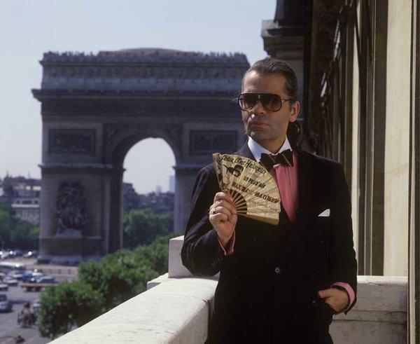 bf7ae9376 برز اسم السيّد Lagerfeld بشكل خاص عندما انضمّ إلى أسرة دار Chanel التي شغل  فيها منصب المدير الإبداعي منذ العام 1983 وحتى آخر يوم في حياته، لكنّ حياته  لم ...